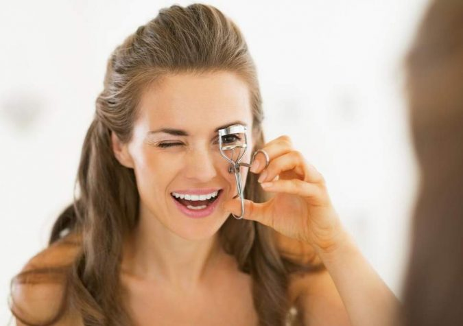 eyelash-curler--675x475 15 Must-have Beauty Products in Your Handbag