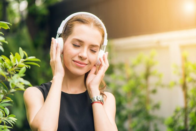 Stylish-Bluetooth-Headphones-675x451 5 Gadgets Every Aspiring Fashionista Needs