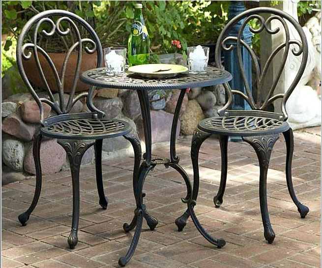 metal-bistro-style-furniture-1 How to Create a Wonderful Patio Area for Summer Entertaining and Relaxation