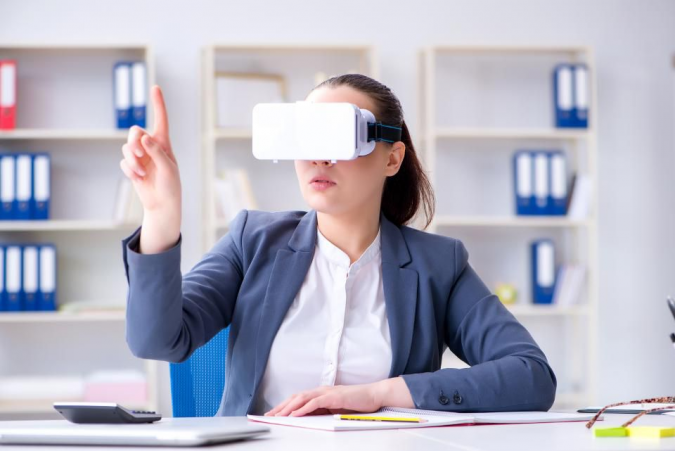 virtual-reality-customer-service-675x451 5 Ways You Can Use Virtual Reality in the Workplace