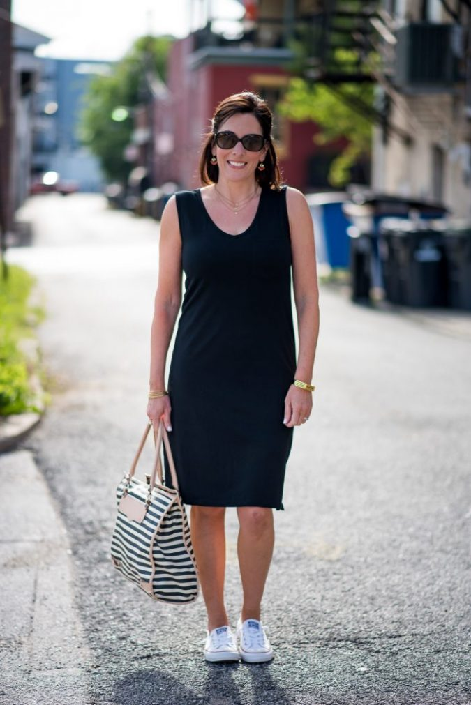 outfit-for-women-over-40-black-dress-675x1011 20 Must-Have Wardrobe Pieces Every Woman Over 40 Needs