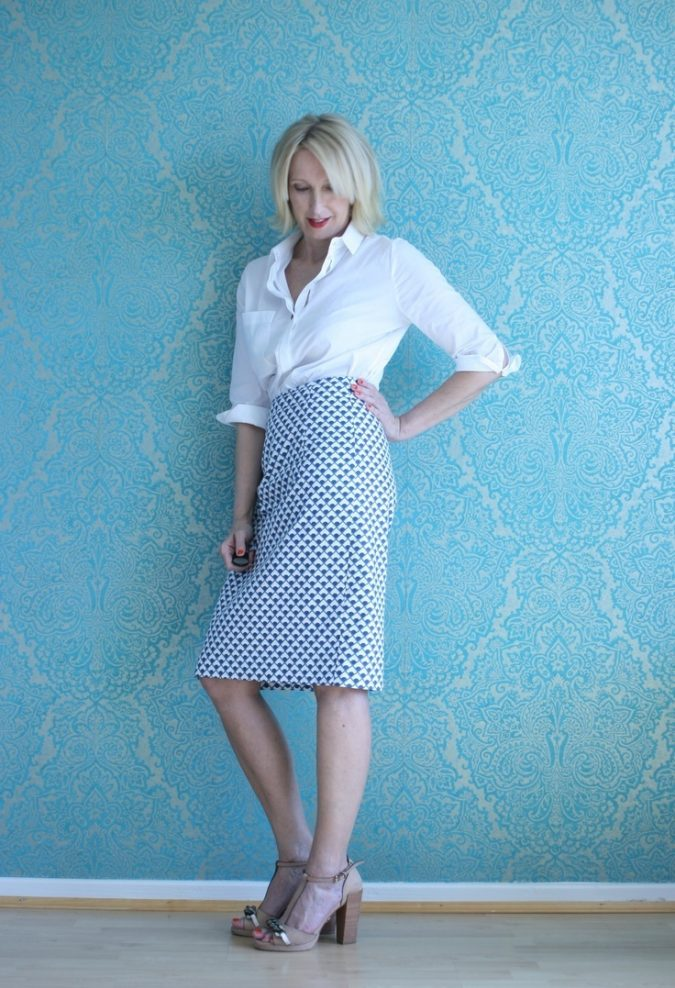 pencil-skirt-outfit-for-women-over-40-675x988 20 Must-Have Wardrobe Pieces Every Woman Over 40 Needs