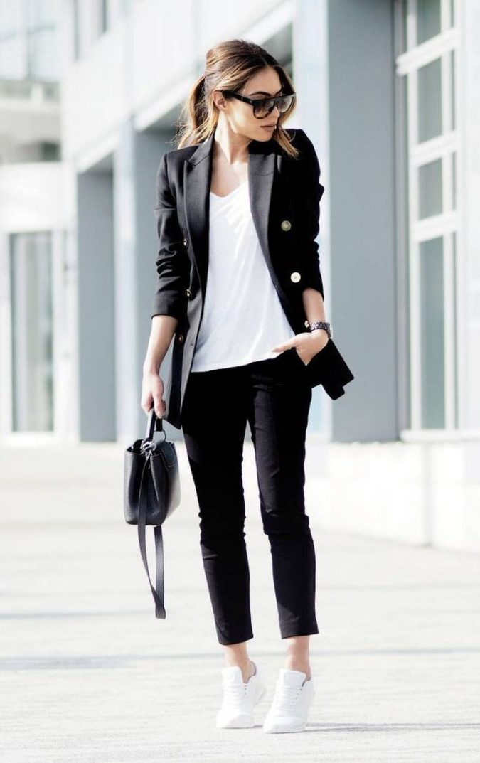sneakers-women-outfit-675x1073 20 Must-Have Wardrobe Pieces Every Woman Over 40 Needs