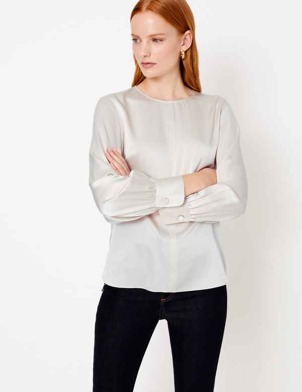 women-outfit-silk-Blouse- 20 Must-Have Wardrobe Pieces Every Woman Over 40 Needs