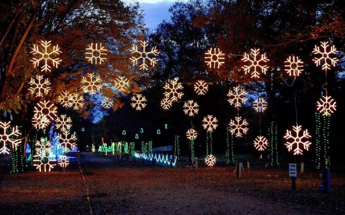 dancing-lights-of-jellystone-park-Nashville-at-Christmas-675x422 Top 10 Fairytale Christmas Places for Couples