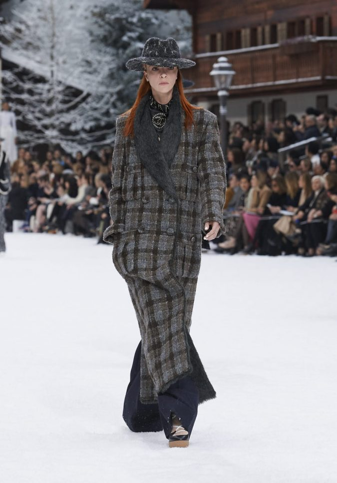 fall-winter-2019-20-plaided-coat-Chanel-675x967 60+ Retro Fashion Designs of Fall/Winter 2020 Inspired by the 80s and 90s