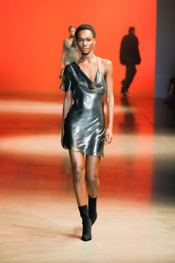 fall-winter-fashion-2020-dress-asymmetrical-shoulders-Cushnie-2-675x1013 +20 Fall Fashion Trends of 2020 for the Fans of Unusual Shoulders and Sleeves