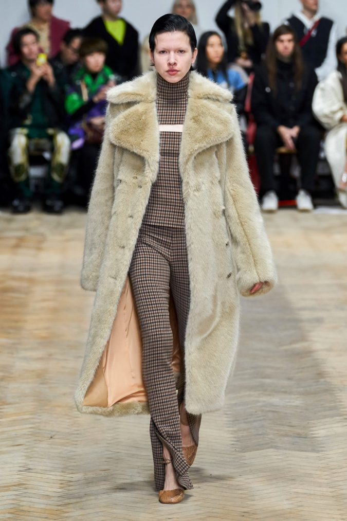 fall-winter-fashion-2020-faux-fur-coat-A.W.A.K.E-2-675x1013 90 Fall/Winter Fashion Ideas for a Perfect Combination of Vintage and Modern in 2020