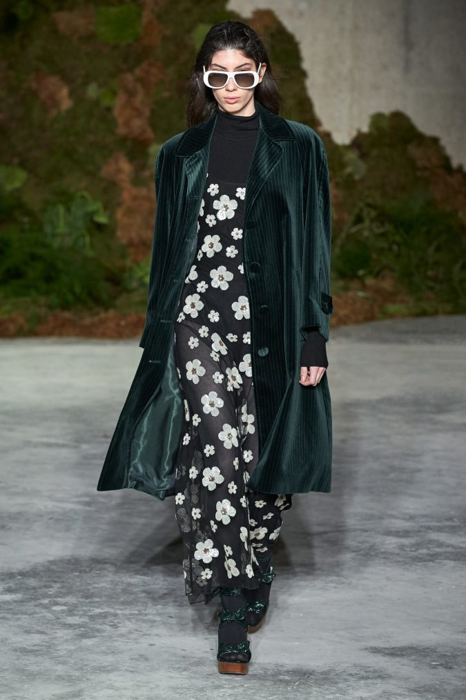 fall-winter-fashion-2020-velvet-coat-Alexa-Chung-675x1013 +80 Fall/Winter Fashion Trends for a Stunning 2020 Wardrobe