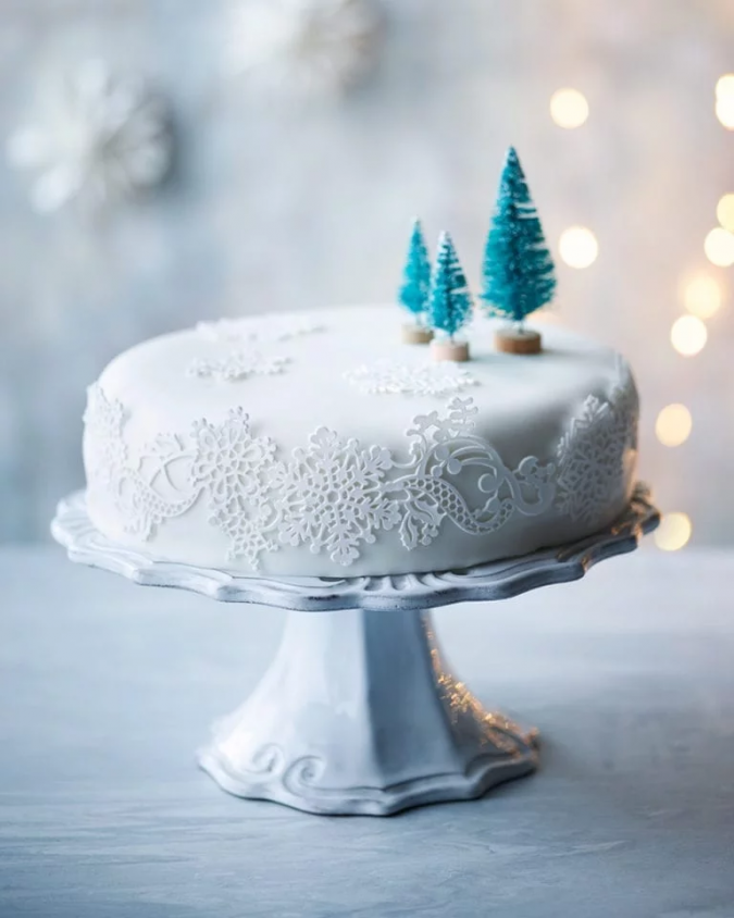Christmas-cake-blue-decoration-675x844 16 Mouthwatering Christmas Cake Decoration Ideas 2021