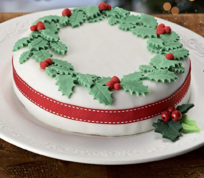 Christmas-cake-decoration-wreath-2-1-675x589 16 Mouthwatering Christmas Cake Decoration Ideas 2020