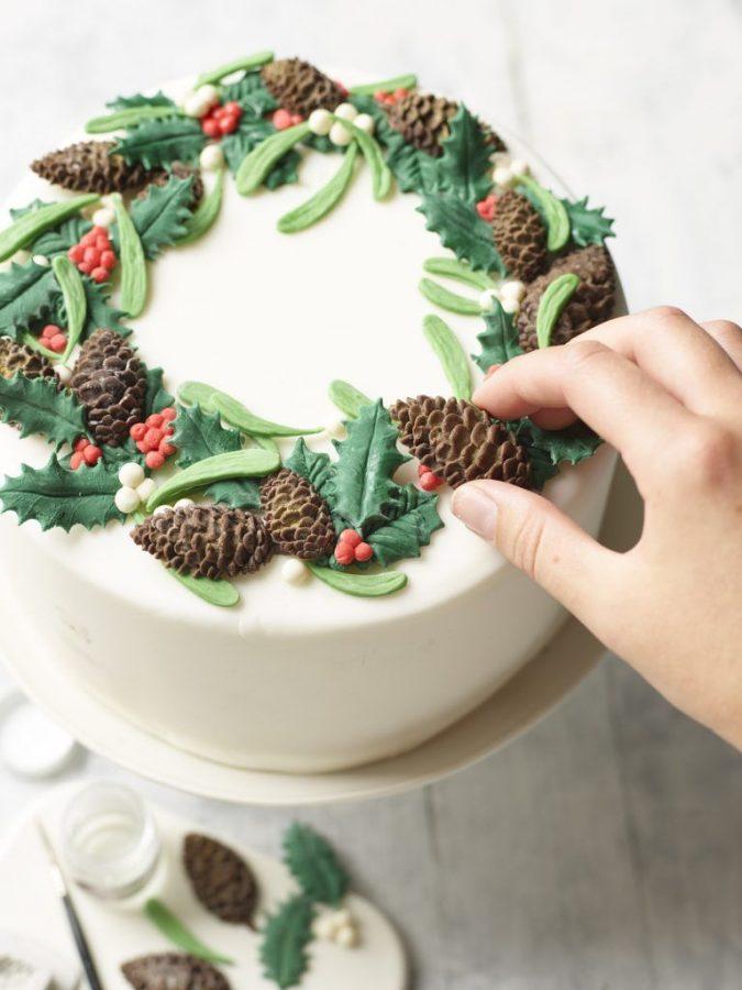 Christmas-cake-decoration-wreath-675x900 16 Mouthwatering Christmas Cake Decoration Ideas 2021