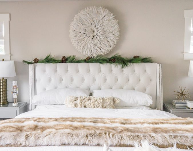 bedroom-christmas-decoration-garland-675x527 50+ Hottest Christmas Decoration Ideas for 2021