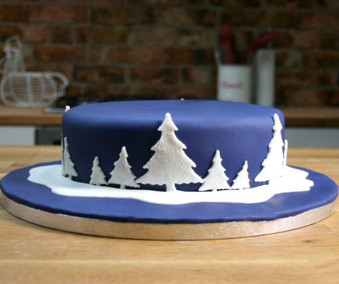blue-Christmas-cake-decoration-e1577287656461-675x565 16 Mouthwatering Christmas Cake Decoration Ideas 2021