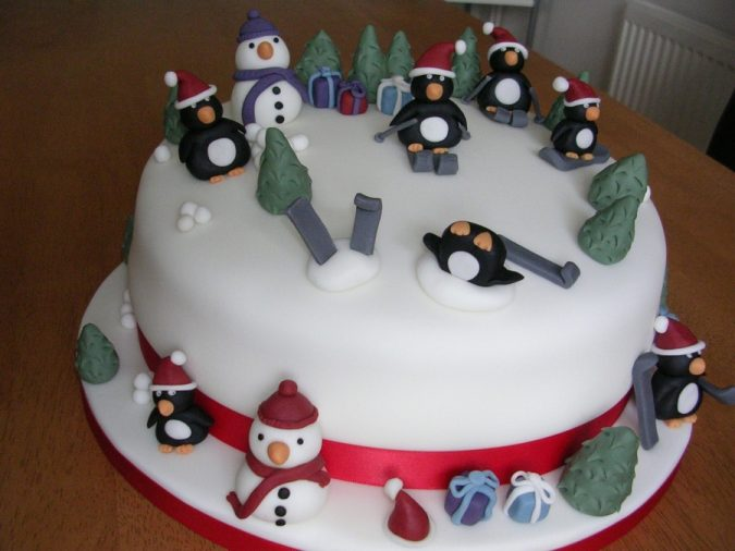 christmas-cake-Snowmen-and-penguins-675x506 16 Mouthwatering Christmas Cake Decoration Ideas 2021