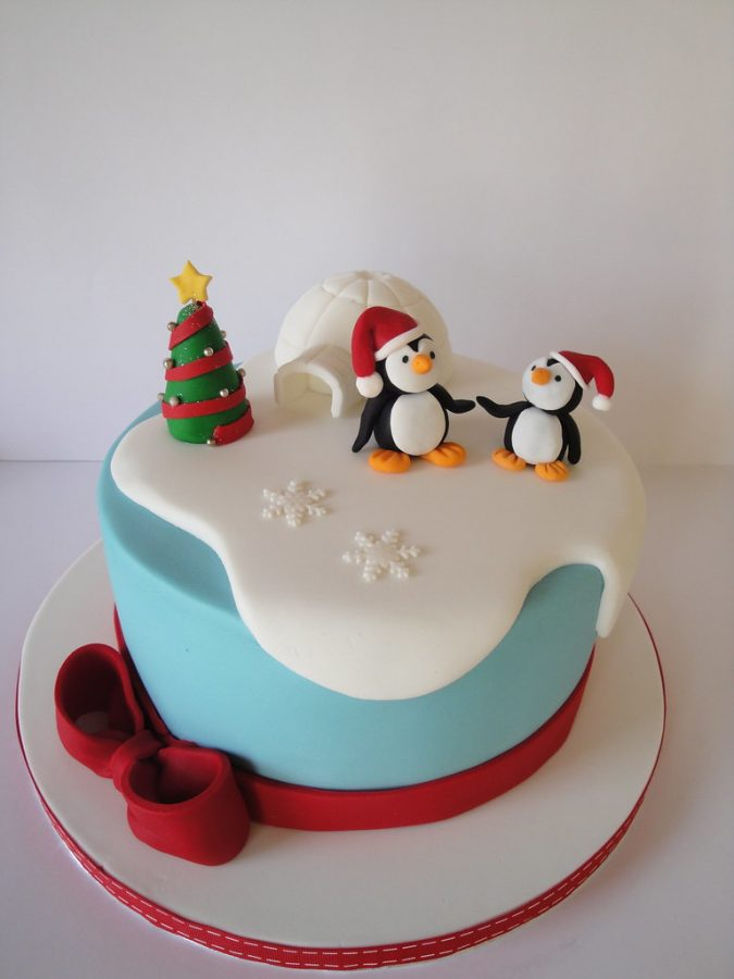 christmas-cake-decoration-tree-penguins-675x900 16 Mouthwatering Christmas Cake Decoration Ideas 2020