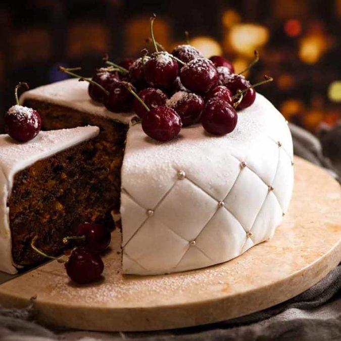 christmas-chocolate-cake-white-icing-3-675x675 16 Mouthwatering Christmas Cake Decoration Ideas 2021