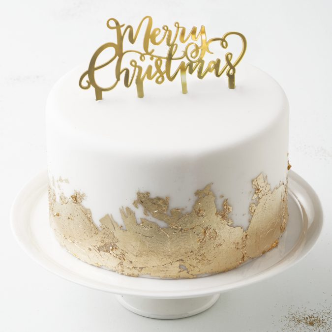 metallic-christmas-cake-decoration-675x675 16 Mouthwatering Christmas Cake Decoration Ideas 2020