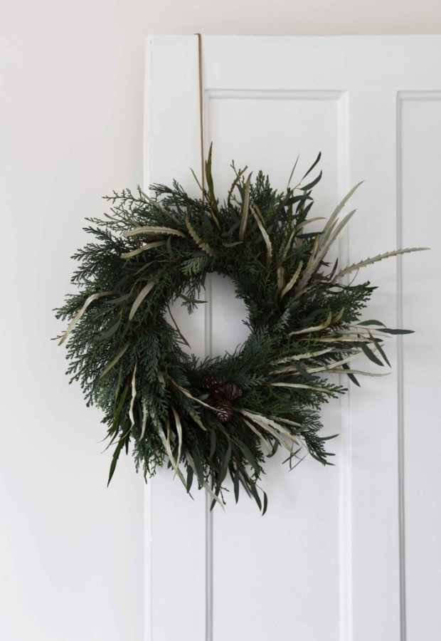 minimalist-christmas-garland-wreath 50+ Hottest Christmas Decoration Ideas for 2020