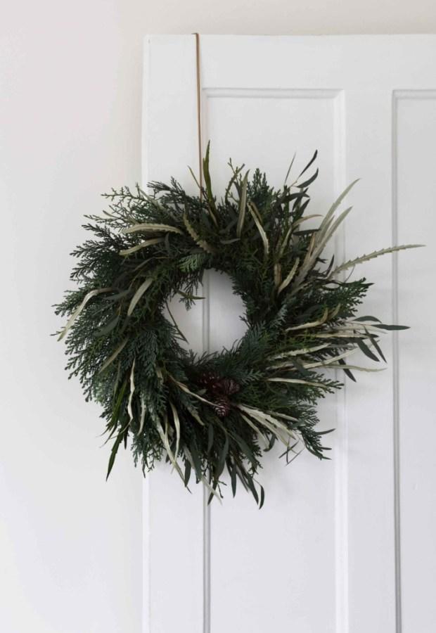 minimalist-christmas-garland-wreath 50+ Hottest Christmas Decoration Ideas for 2021