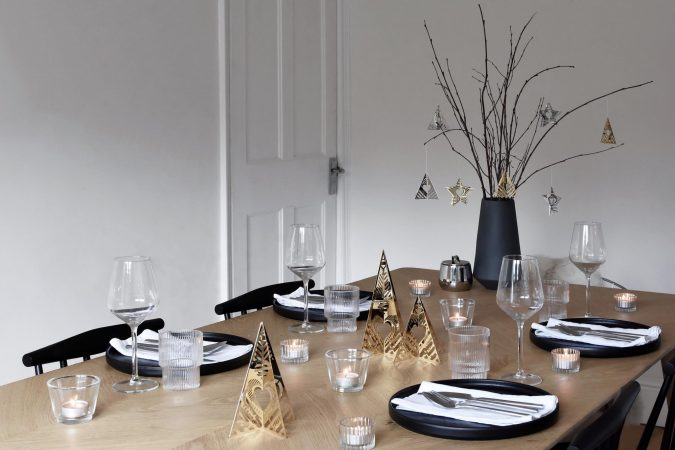 minimalist-christmas-table-decoration-3-675x450 10 Breathtaking New Year's Eve Party Decoration Trends 2021