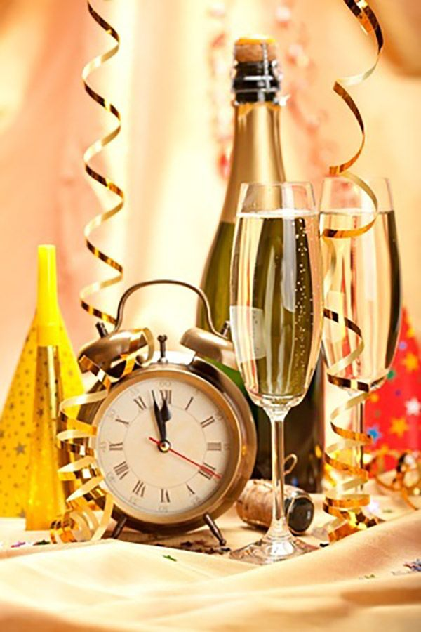 new-year-party-champagne 10 Breathtaking New Year's Eve Party Decoration Trends 2020