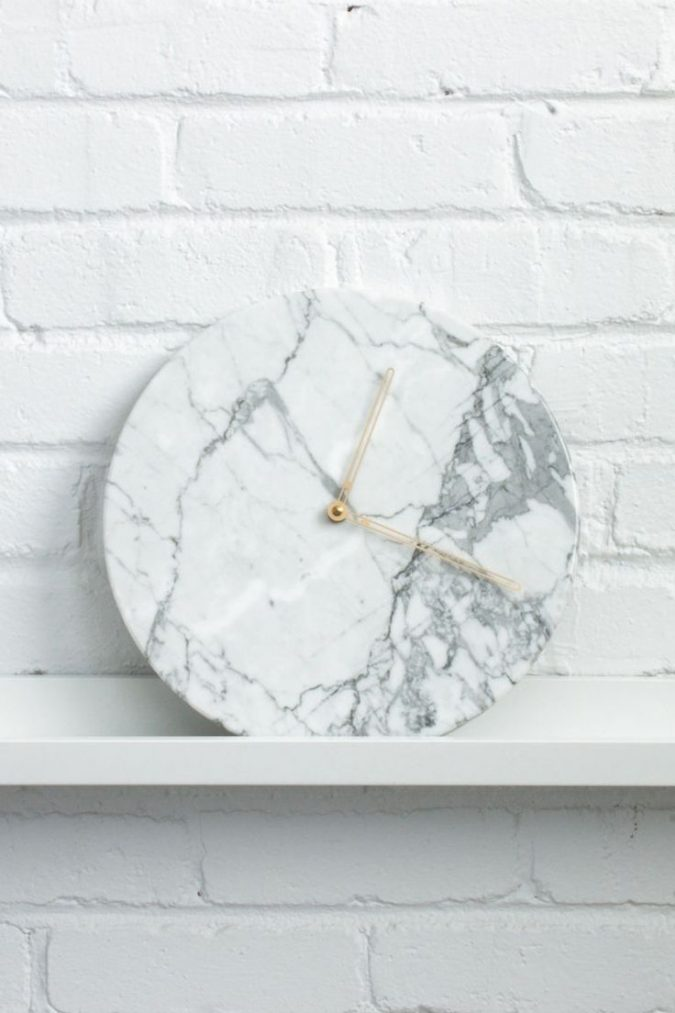 new-years-eve-decoration-marble-clock-675x1013 10 Breathtaking New Year's Eve Party Decoration Trends 2021