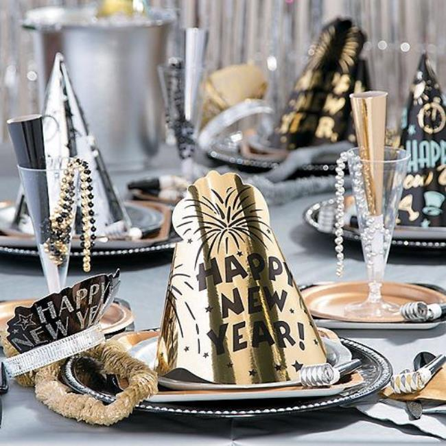 new-years-eve-dinner-table-hats 10 Breathtaking New Year's Eve Party Decoration Trends 2020