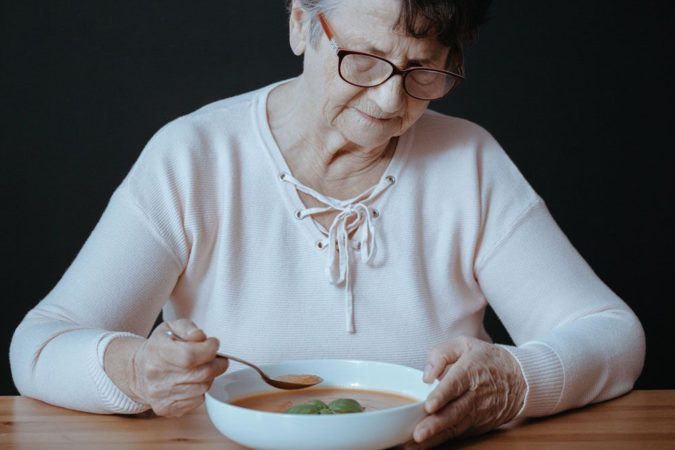 Feeding-the-Elderly-with-Dementia-675x450 Nutrition Guide for Dementia
