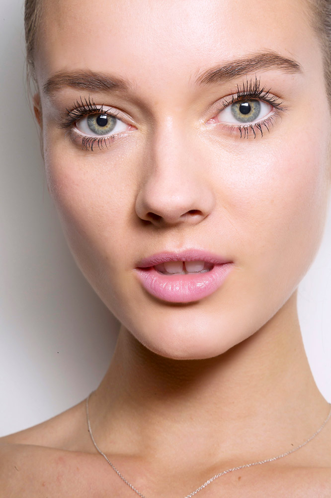 Using-false-lashes-1 15 Most Fabulous Makeup Trends to Be More Gorgeous in 2020
