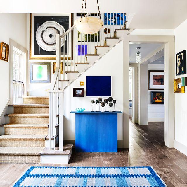 hallway-decor-pictoral-art 8 Trendy Hallway Decor Ideas to Revamp Your Home