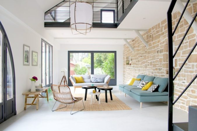 home-decor-living-room-with-bare-windows-sunroom-675x450 25 Stunning Interior Decorating Ideas for Sunrooms