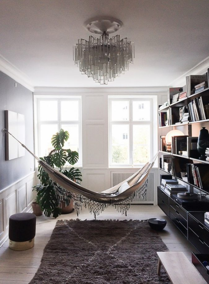 sunroom-with-hammock-and-liberary-675x914 25 Stunning Interior Decorating Ideas for Sunrooms