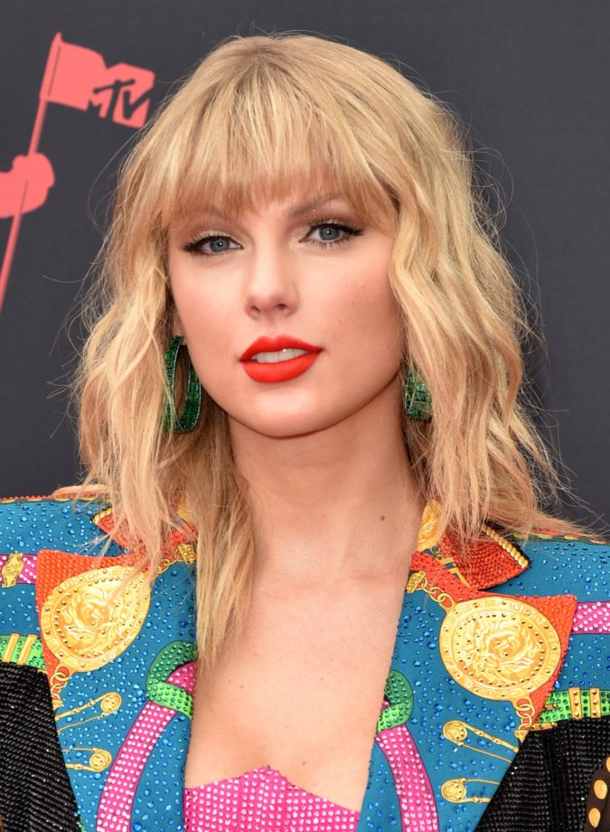 Taylor-Swift-675x920 Best 10 Colorful Face Makeup Looks to Try in 2021