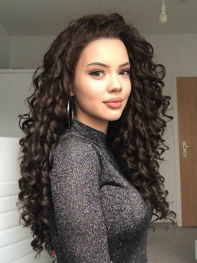The-dark-curls..-675x900 20 Most Trendy Hairstyles for Women over 40 to Look Younger