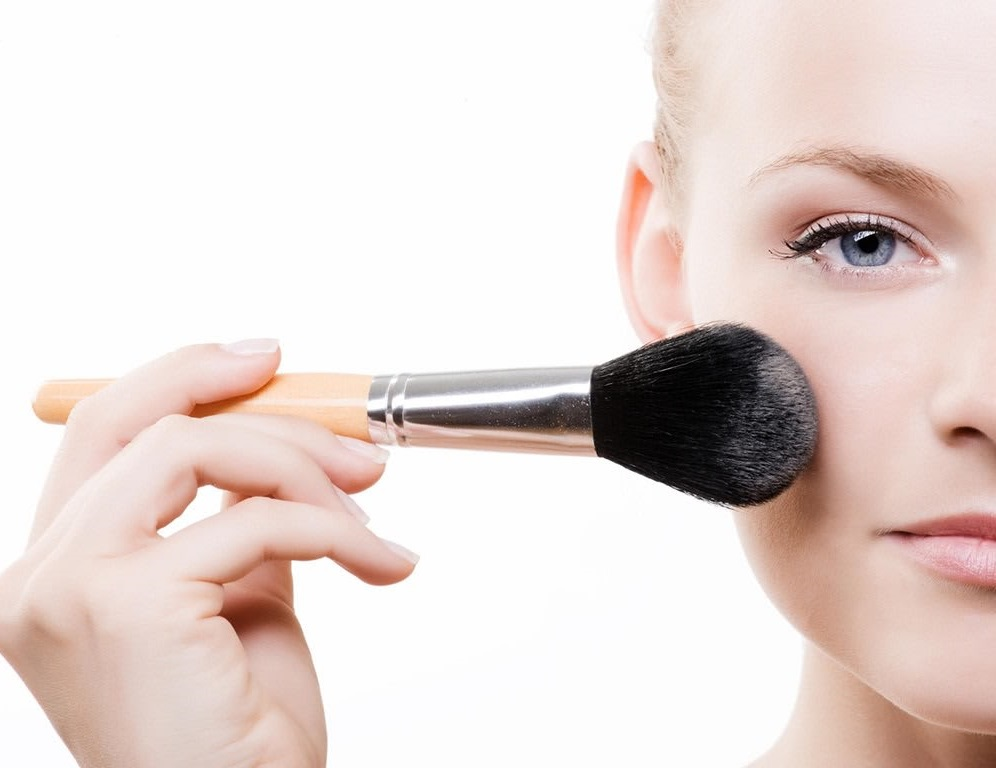 Using-powder 10 Tips for Gorgeous Natural Makeup Looks in 2021