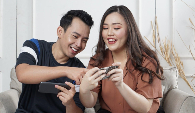 couple-checking-mobiles-675x392 Here's How The Covid-19 Pandemic Has Changed Wedding Planning