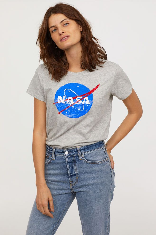 women-outfit-logo-t-shirt Top 10 Outdated Fashion & Clothing Trends to Avoid in 2020