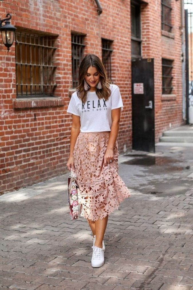 Skirt-and-T-shirt-1-675x1013 120+ Fashion Trends and Looks for College Students in 2020/2021