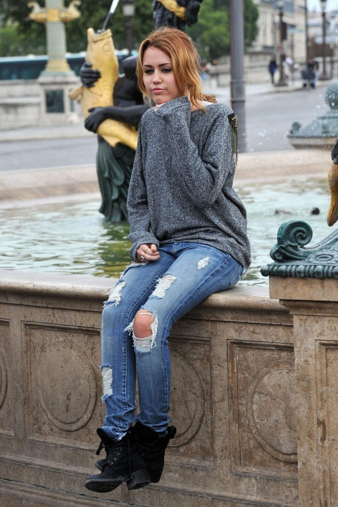 Sweater-and-jean-675x1013 120+ Fashion Trends and Looks for College Students in 2020/2021