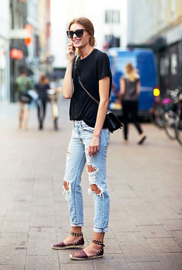 Torn-jean-and-T-shirt-4 120+ Fashion Trends and Looks for College Students in 2020/2021