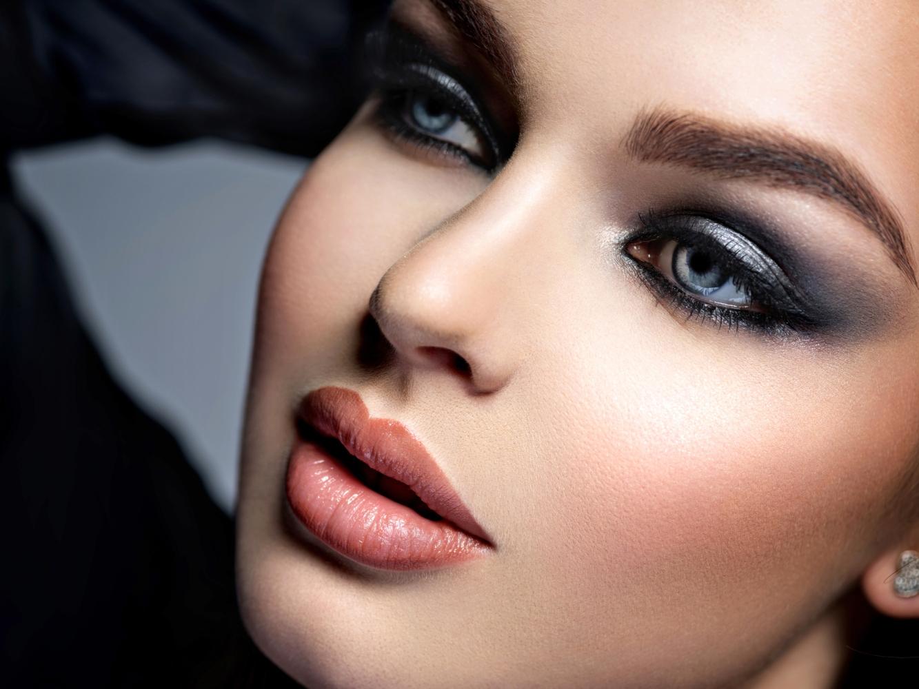 bluish-grey-smokey-eye.-1 60+ Hottest Smokey Eye Makeup Looks in 2021