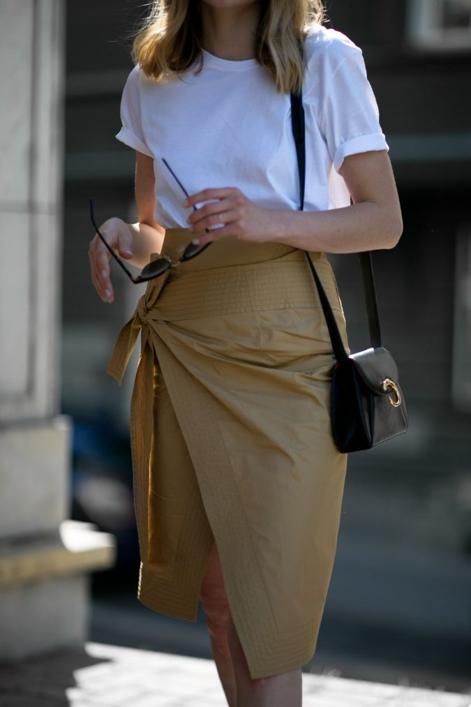 Comfy-skirt-with-T-shirt.-4-675x1013 140 First-Date Outfit Ideas That Make You Special