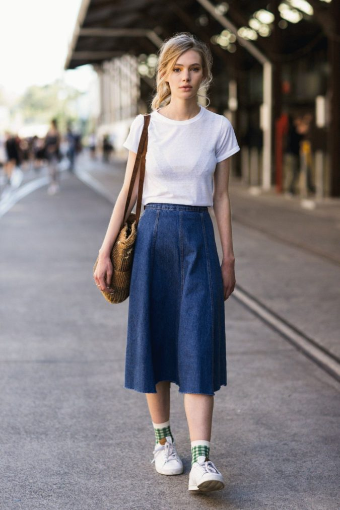 Comfy-skirt-with-T-shirt.-5-675x1013 140 First-Date Outfit Ideas That Make You Special