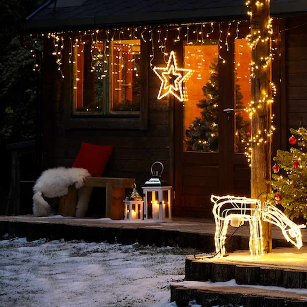 Chic-Outdoor-Christmas-decoration-1 Let Your Outdoor Area Twinkle by This Year Christmas Lights Decorations