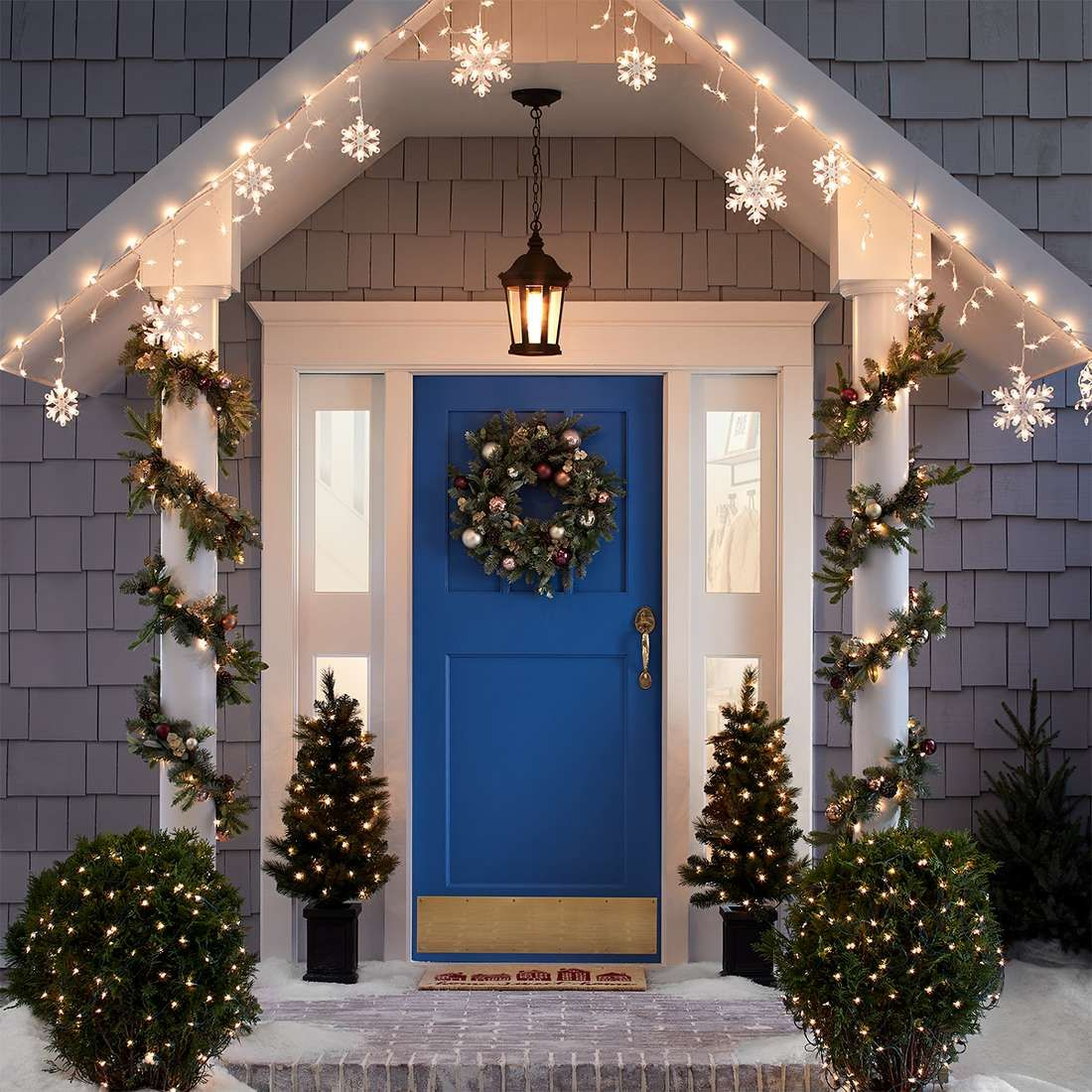 Chic-Outdoor-Christmas-decoration Let Your Outdoor Area Twinkle by This Year Christmas Lights Decorations