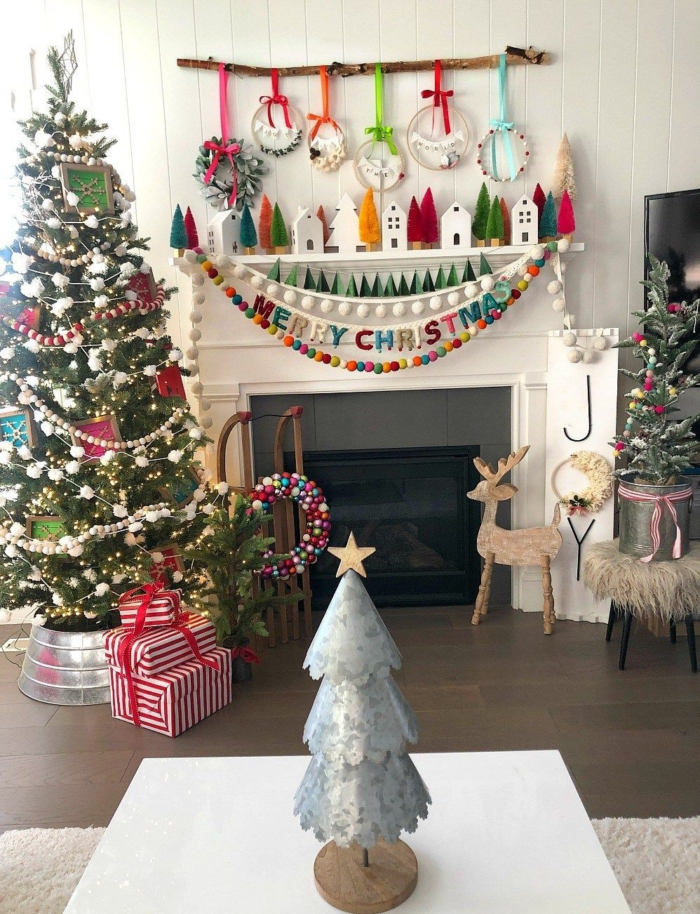 DIY-Christmas-living-room-decorations 70+ Impressive Christmas Decorations to Do Yourself 2020 - 2021