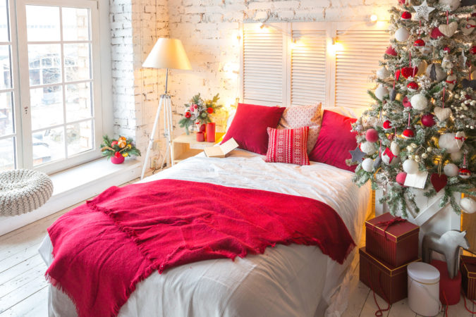 Red-and-White-Guest-Room....-675x450 50+ Guest Room Christmas Decorations – Can You Make It Before Christmas Arriving?