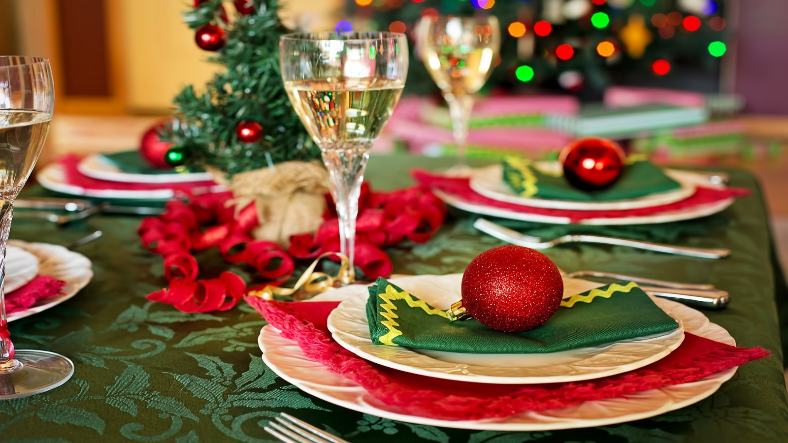 colorful-centerpiece.-1 70+ Impressive Christmas Decorations to Do Yourself in 2021