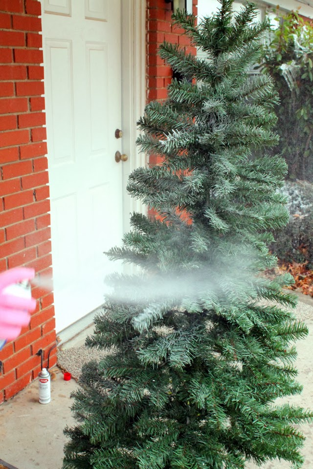 frosty-fake-snow.-2 60+ Creative Ways to Decorate Your Home for This Christmas